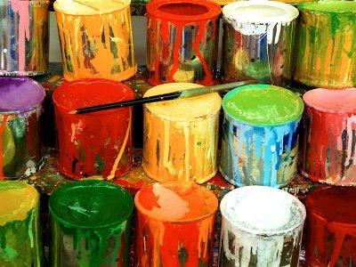 muchas latas de pintura rebosando