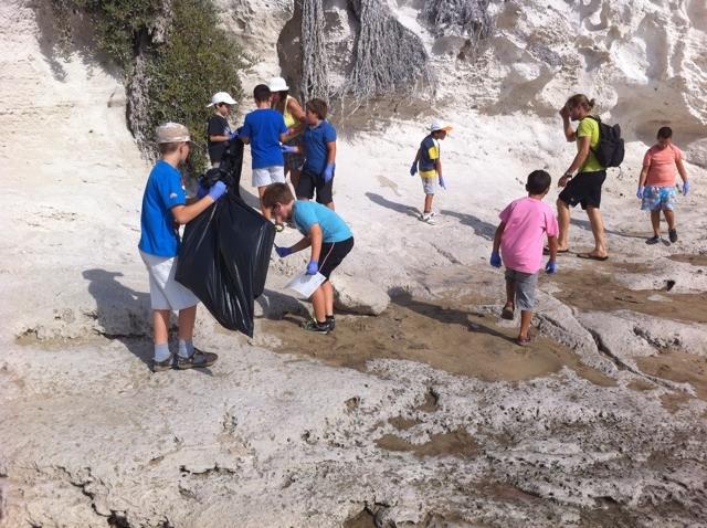 escolares limpiando playa de san jose cabo de gata