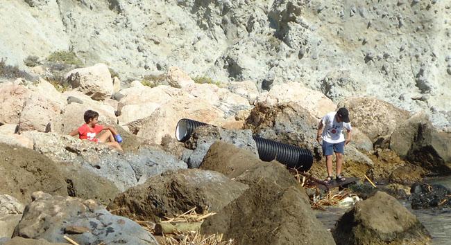cabo de gata niños limpiando playa