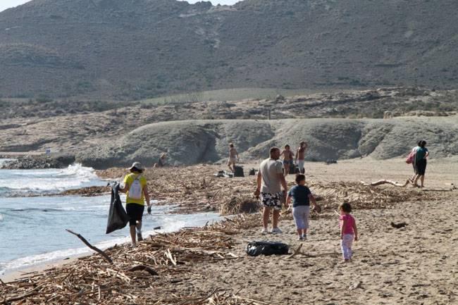 cabo de gata limpieza playa genoveses