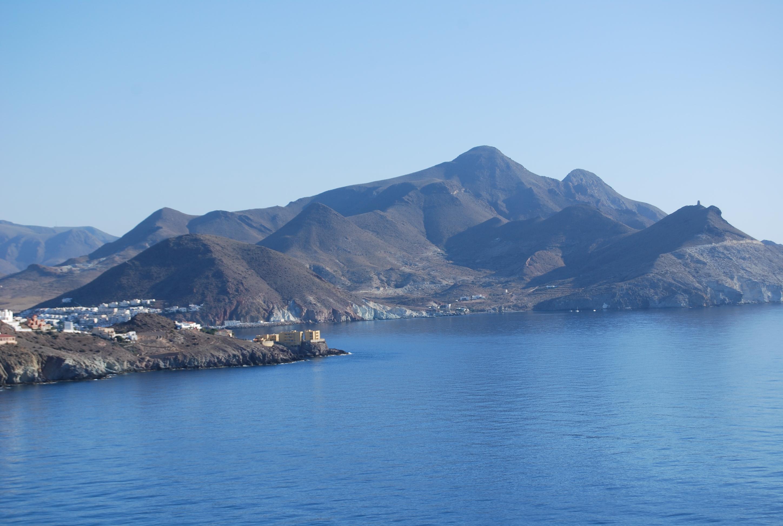 Vista de la costa de San José y de Cala Higuera con los Frailes al fondo