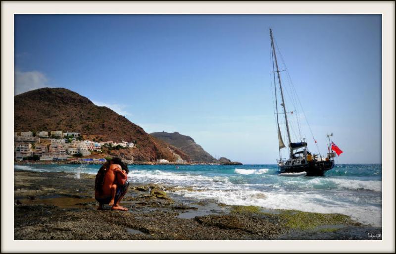 Un hombre y su hijo contemplan el barco encallado.