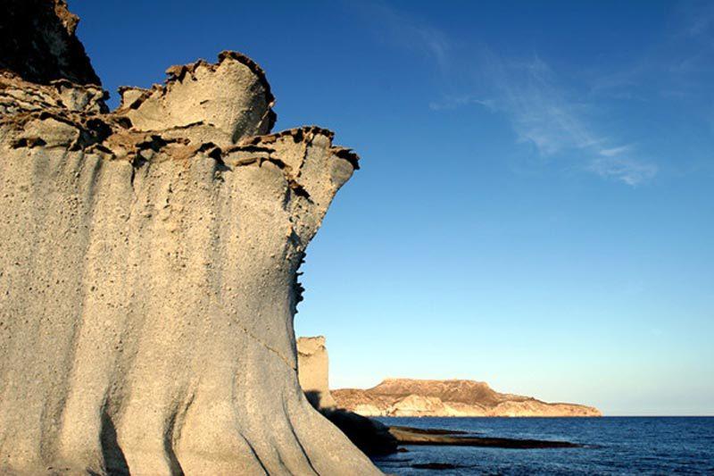 Espectaculares rocas volcánicas en cala enmedio