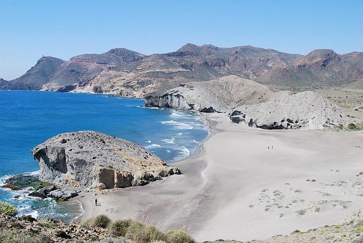 antiguo flujo de lava en la playa de mosnul cerca de san jose